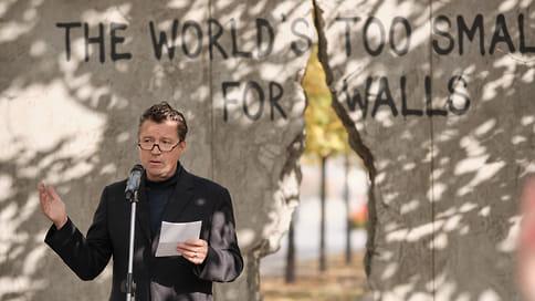 Взгляд сквозь стену  / Вмосковском парке искусств «Музеон» установили Берлинскую стену