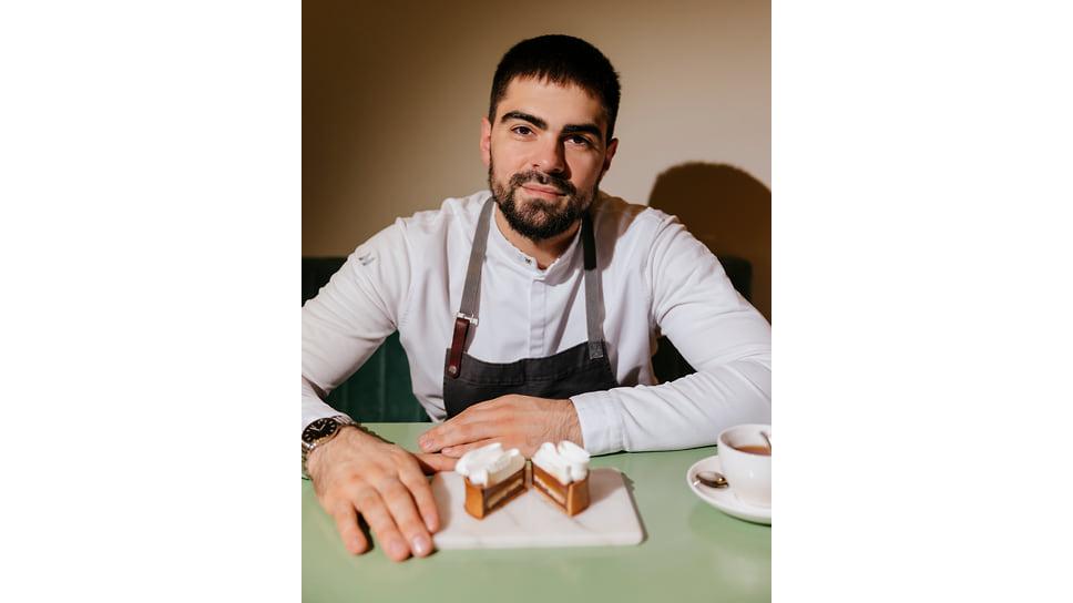 Тарталетка с муссом из белого шоколада и желе из манго, лайма и базилика, созданная шеф-поваром Русланом Поляковым для Remy Kitchen Bakery