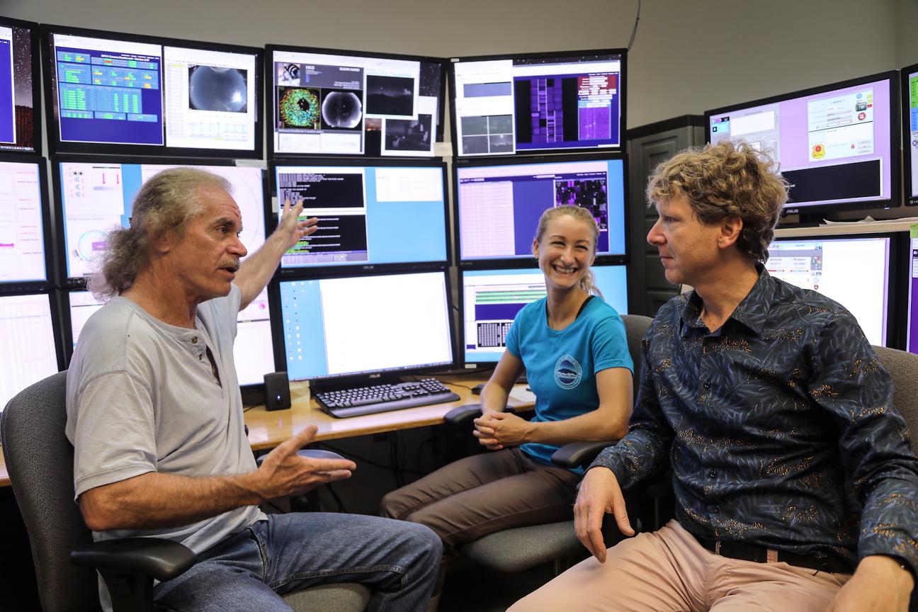 Марк Уильман, Джоан Балгер и Клайв Оппенгеймер в обсерватории  Pan-STARRS, Халеакала, Гавайи