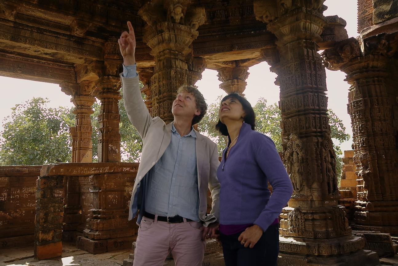 Клайв Оппенгеймер и геохимик Нита Сахай в кратере Рамгарх,  представляющем собой кратер от падения метеора диаметром 3,5 км на плато Кота в хребте Виндхья, расположенном рядом с деревней Рамгарх в штате Раджастхан в Индии.