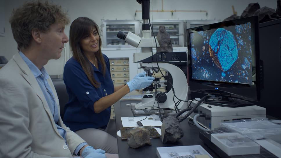 Клайв Оппенгеймер и ученый Минакши Вадхва из Центр изучения метеоритов при Университете штата Аризона