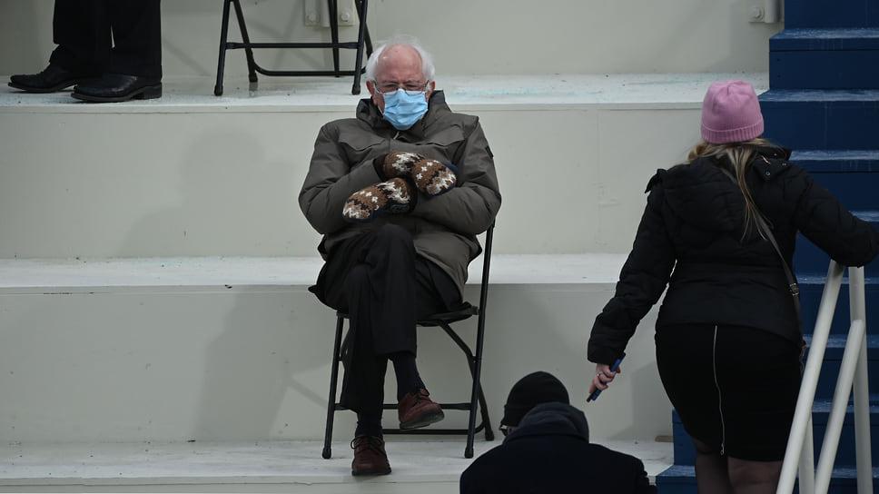 Бывший кандидат в президенты, сенатор Берни Сандерс (штат Вермонт) сидит на трибуне на Капитолийском холме перед тем, как Джо Байден будет приведен к присяге в качестве 46-го президента США 20 января 2021.