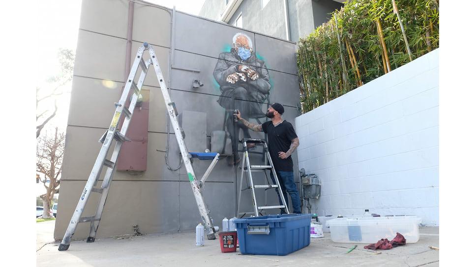 Художник Джонас Никогда (@never1959) наносит последние штрихи на свою фреску сенатора Берни Сандерса в Калвер-Сити, штат Калифорния, 24 января 2021 года.