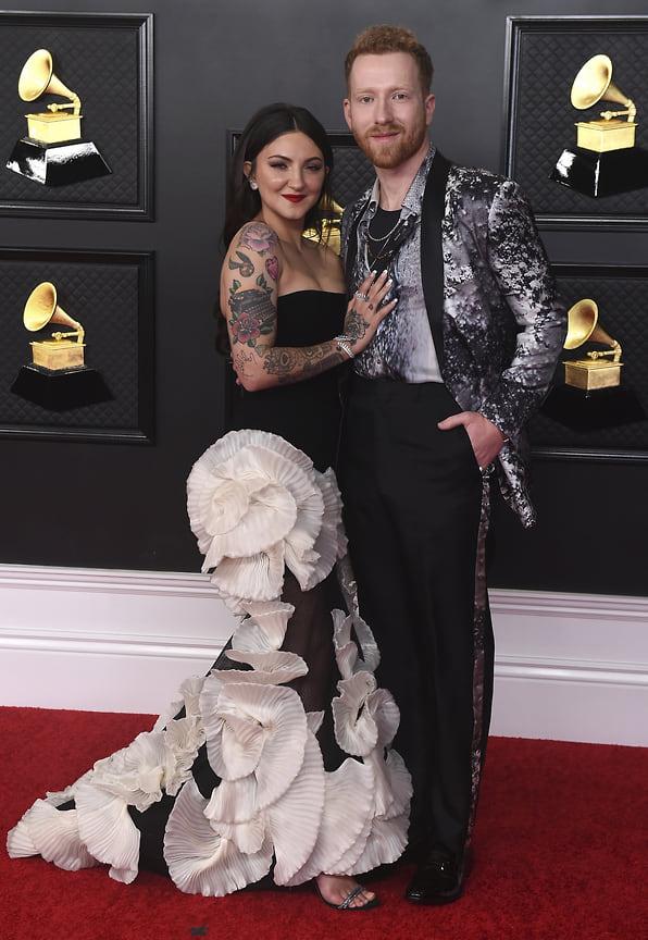 Певица Джулия Майклз в платье Georges Chakra Couture и украшениях Messika и Джейми Сакс в украшениях David Yurman