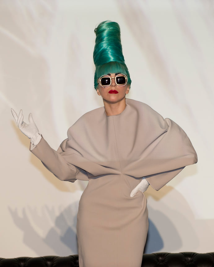 Леди Гага на пресс-конференции в Музее искусства и науки в Сингапуре, 2011 год
