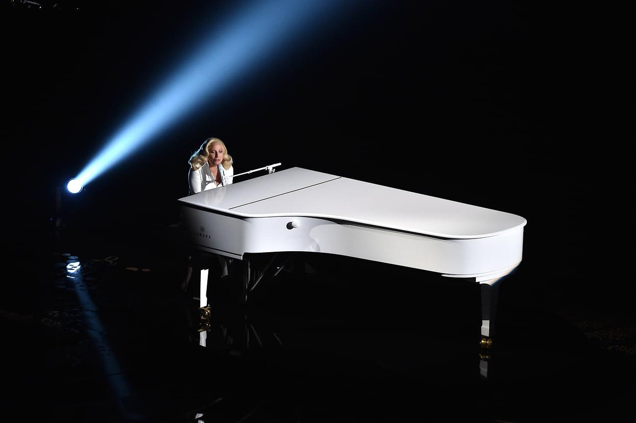 Певица выступает на 88-й церемонии вручения премии «Оскар» в театре Dolby Theatre, 2016 год