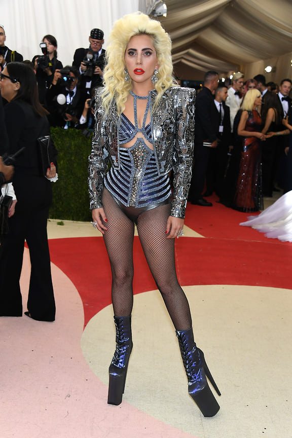 Леди Гага в Atelier Versace на бале Института костюма Met Gala в музее «Метрополитен», Нью-Йорк, 2016 год