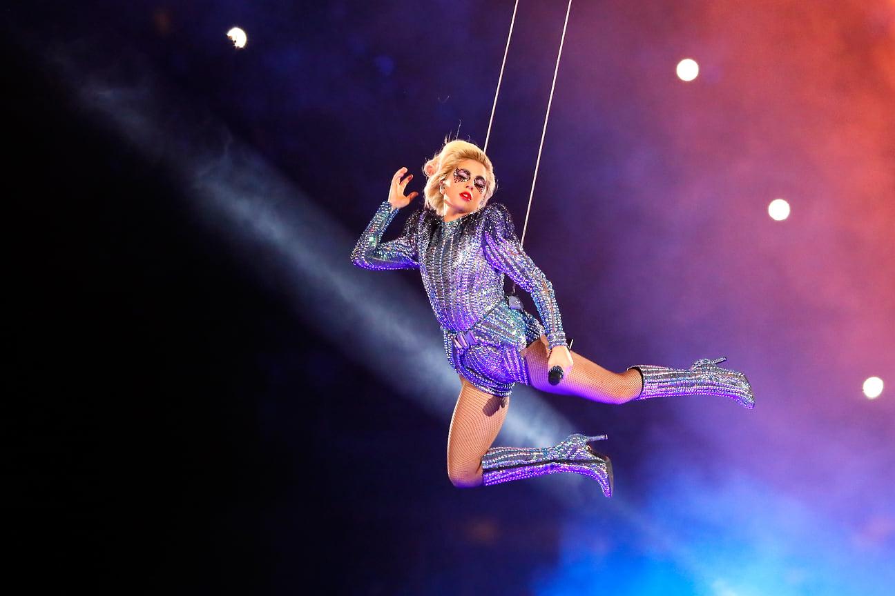 Леди Гага выступает во время шоу Pepsi Zero Sugar Super Bowl 51 Halftime Show на стадионе NRG  в Хьюстоне, 2017 год