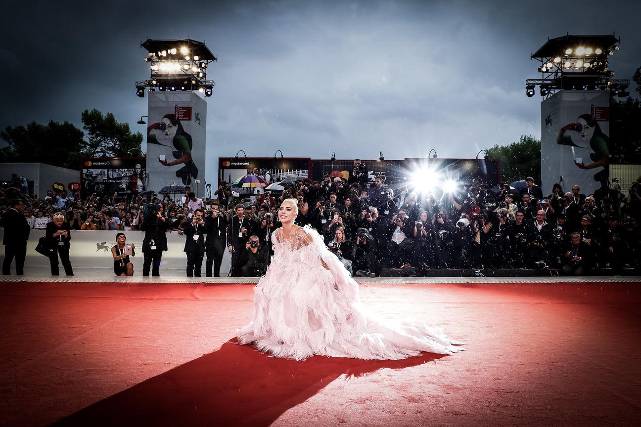 """Леди Гага идет по красной дорожке перед показом фильма """"Звезда родилась"""" во время 75-го Венецианского кинофестиваля в Венеции, Италия, 2018 год"""