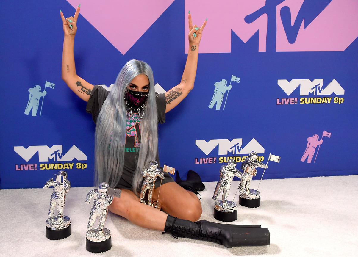 Леди Гага позирует со своими наградами во время церемонии вручения наград MTV Video Music Awards, Нью-Йорк, 2020 год