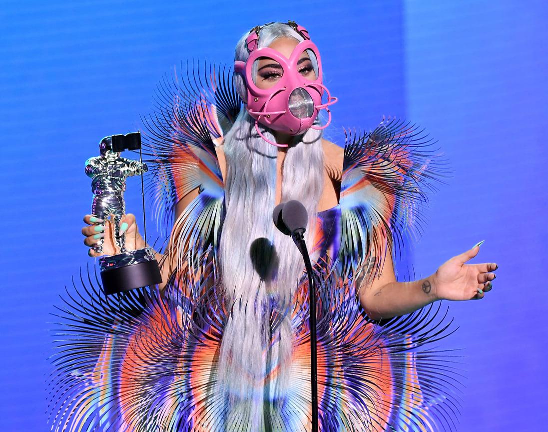 Леди Гага на церемонии MTV Video Music Awards получает награду за песню Rain on Me, которую она спела вместе с Арианой Гранде, Нью-Йорк, 2020 год