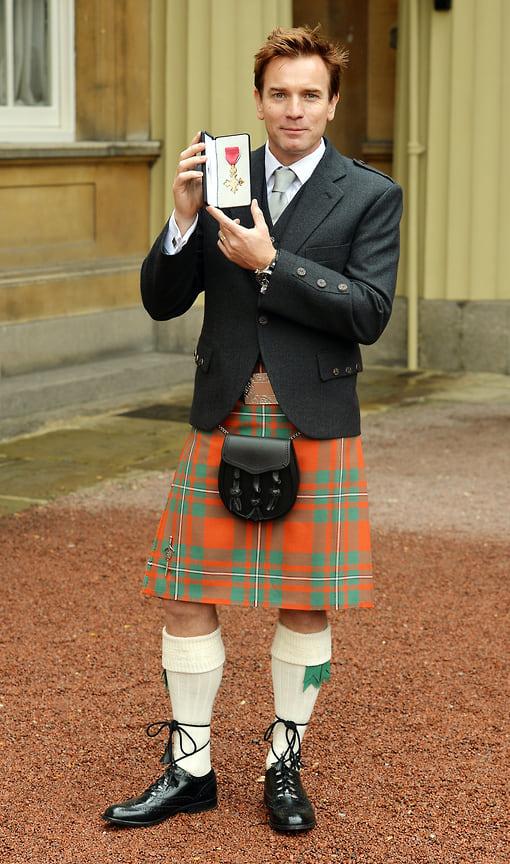 Юэн МакГрегор позирует сорденом Британской империи, который получил завклад вразвитие драматического искусства иблаготворительную деятельность, 2012год