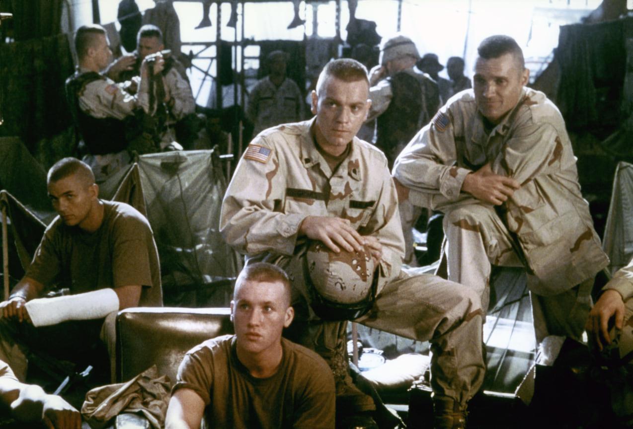 Юэн МакГрегор (вцентре) висторической военной драме «Черный ястреб», 2001 год