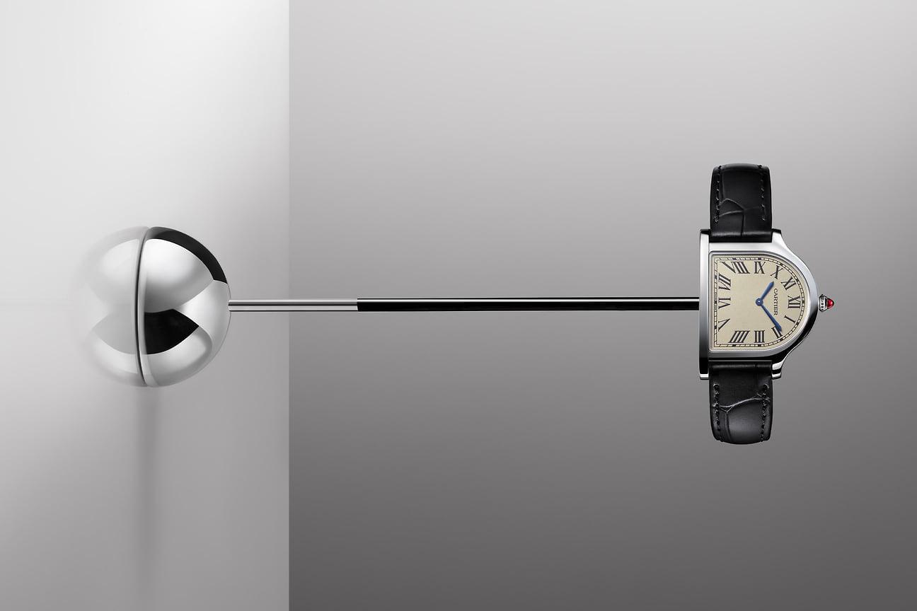 Самые элегантные: Cartier Clouche de Cartier. Причудливая форма корпуса, выполненного в виде колокола, разумеется, потребует некоторого привыкания, но эти часы точно не дадут своему владельцу остаться незамеченным