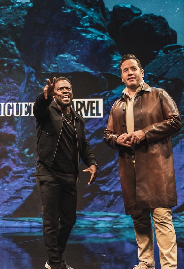 Ведущий шоу Кевин Харт (слева) и генеральный директор Audemars Piguet Франсуа-Анри Беннамиас (справа)