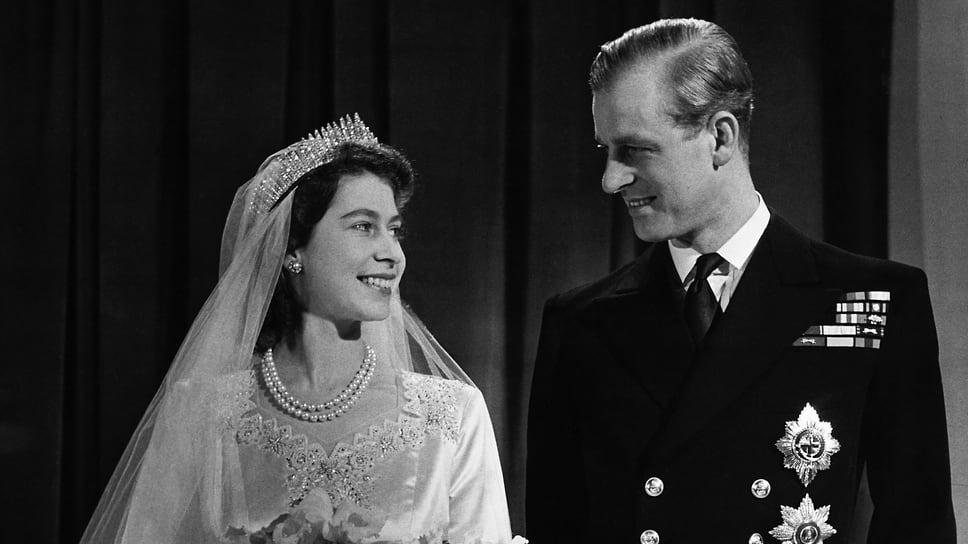 Принцесса Елизавета, впоследствии королева Елизавета II со своим мужем Филиппом, герцогом Эдинбургским, в день их свадьбы, 20 ноября 1947 года
