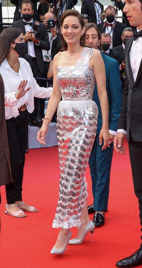 Французская актриса Марийон Котийяр, представляющая фильм «Аннет», в серебристом платье Chanel Haute Couture в украшениях Chanel High Jewelry