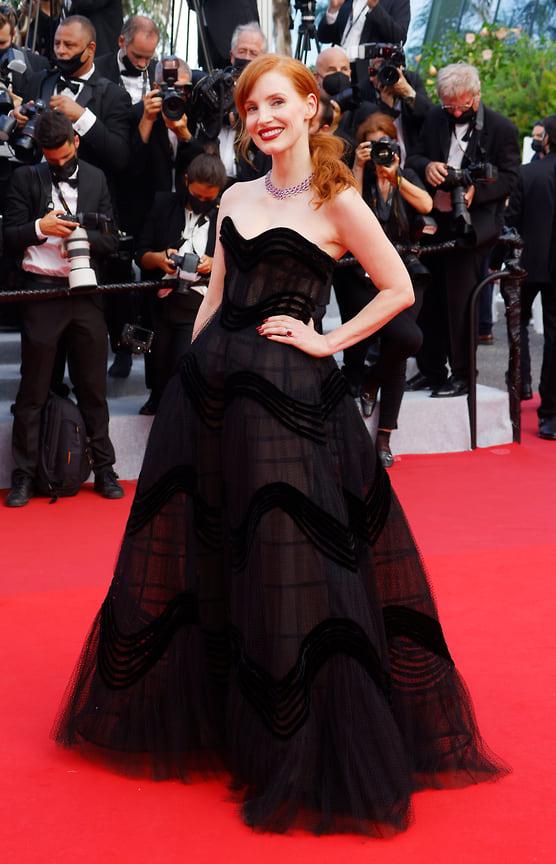 Актриса Джессика Честейн в идеальном с точки зрения дресс-кода black-tie платье Dior и украшениях Chopard