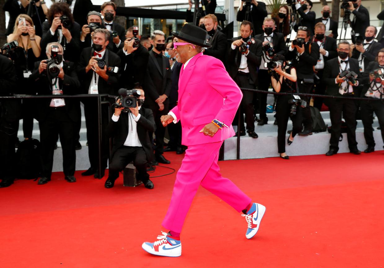 Председатель жюри основного конкурса, режиссер Спайк Ли в ярчайшем розовом костюме Louis Vuitton с двубортным пиджаком. Мистер Ли не изменяет себе