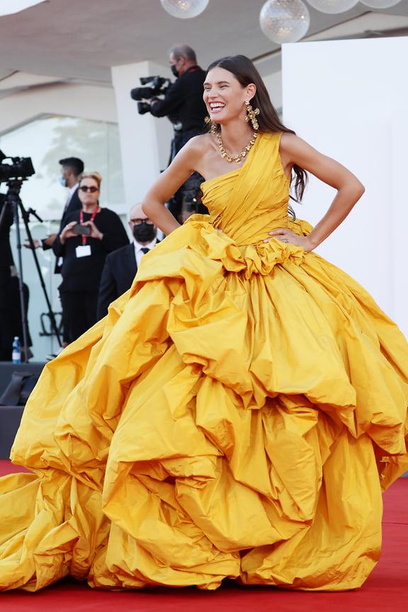 Модель Бьянка Балти в ярком во всех смыслах платье Dolce & Gabbana