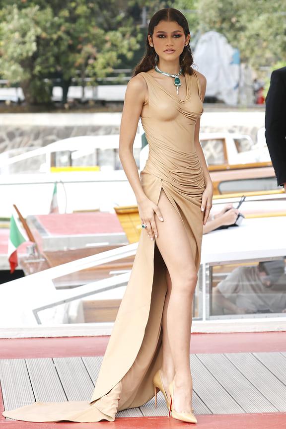 Звезда фильма «Дюна» и недавняя именинница Зендая в платье Balmain