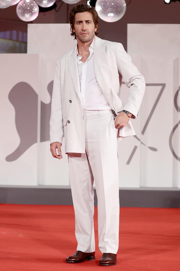 Джейк Джилленхол отдает дань стилю 1950-х в белоснежном костюме Valentino