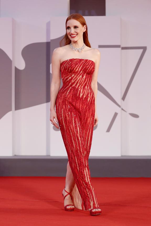 Джессика Честейн для ковровой дорожки решила выбрать образ, полностью состоящий из красного. В центре образа – платье Atelier Versace