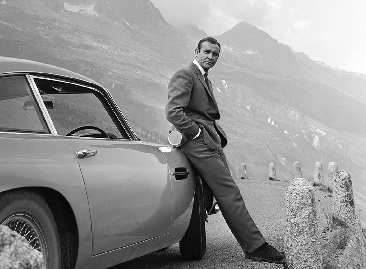 Шон Коннери – легендарный Джеймс Бонд, который доказал, что сочетание хорошего костюма и Aston Martin навсегда останется непобедимым комбо<br> На фото: кадр из фильма «Голдфингер», 1964 год