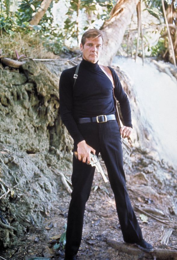 Джеймс Бонд Роджера Мура хорошо смотрелся не только в костюме. Именно он представил черную водолазку как тактическую одежду для шпионов – прием, который получил множество отсылок в поп-культуре<br> На фото: кадр из фильма «Живи и дай умереть», 1973 год