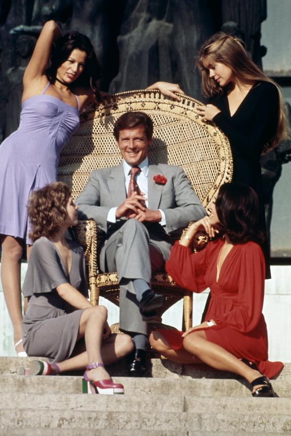 Дуглас Хэйворд, портной для фильмов бондианы времен Роджера Мура, шел в ногу со временем. Его агент 007 одевался в приталенные серые костюмы, которые подходили стилю начала 1980-х<br> На фото: кадр из фильма «Только для твоих глаз», 1981 год