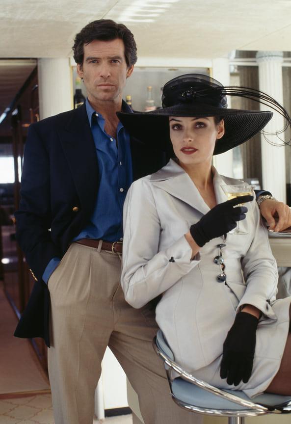 В своем дебютном фильме в роли 007 Пирс Броснан продемонстрировал идеальный морской образ: бежевые брюки, голубая рубашка и двубортный блейзер с позолоченными пуговицами. Все как по учебнику<br> На фото: кадр из фильма «Золотой глаз», 1995 год
