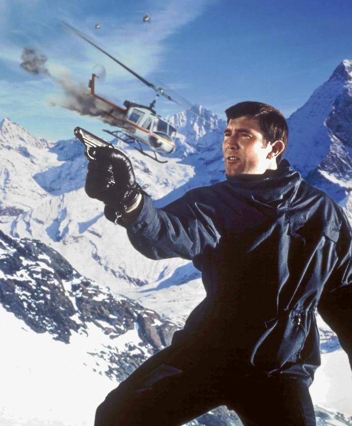 Джордж Лэзенби останется в памяти поклонников как не самый удачный преемник Коннери, успевший сыграть всего в одном фильме о 007. Но и у него были сильные стилистические моменты. Например, синий анорак, который явно опережал свое время<br> На фото: кадр из фильма «На секретной службе Ее Величества», 1969 год
