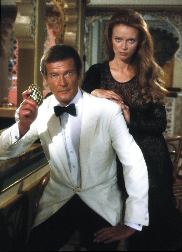 Белый смокинг в казино – явно дань Шону Коннери. Кстати, Роджер Мур обошел Шона Коннери по количеству фильмов о Бонде: семь у Мура и шесть у Коннери<br> На фото: кадр из фильма «Осьминожка», 1983 год