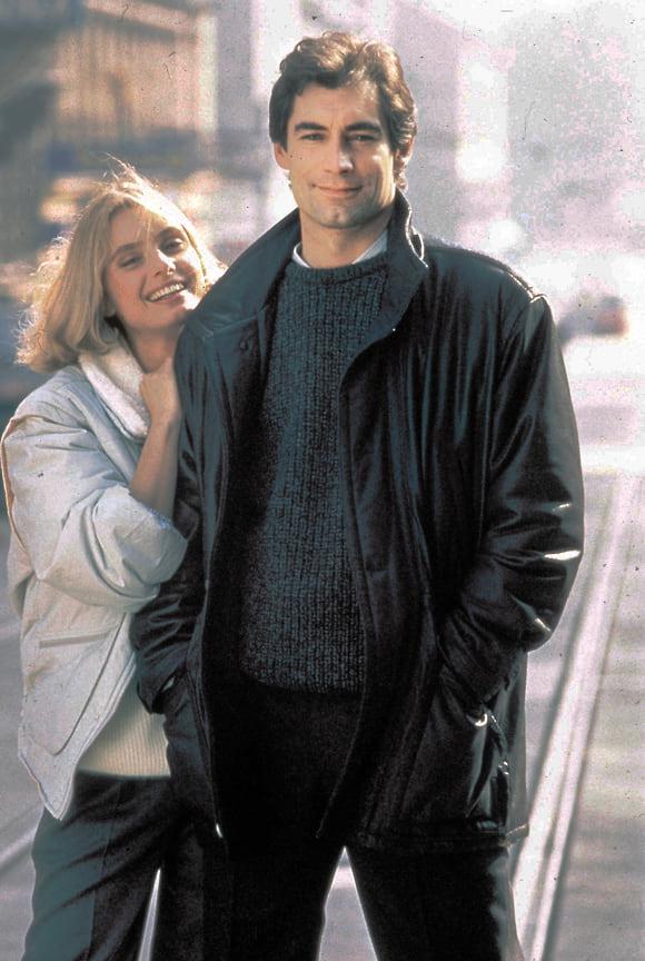 Бонд Тимоти Далтона не вошел в историю как идеальный образец агента 007, однако его гардероб стоит отметить отдельно. Например, кожаную куртку Kenzo из фильма «Искры из глаз» (1987)