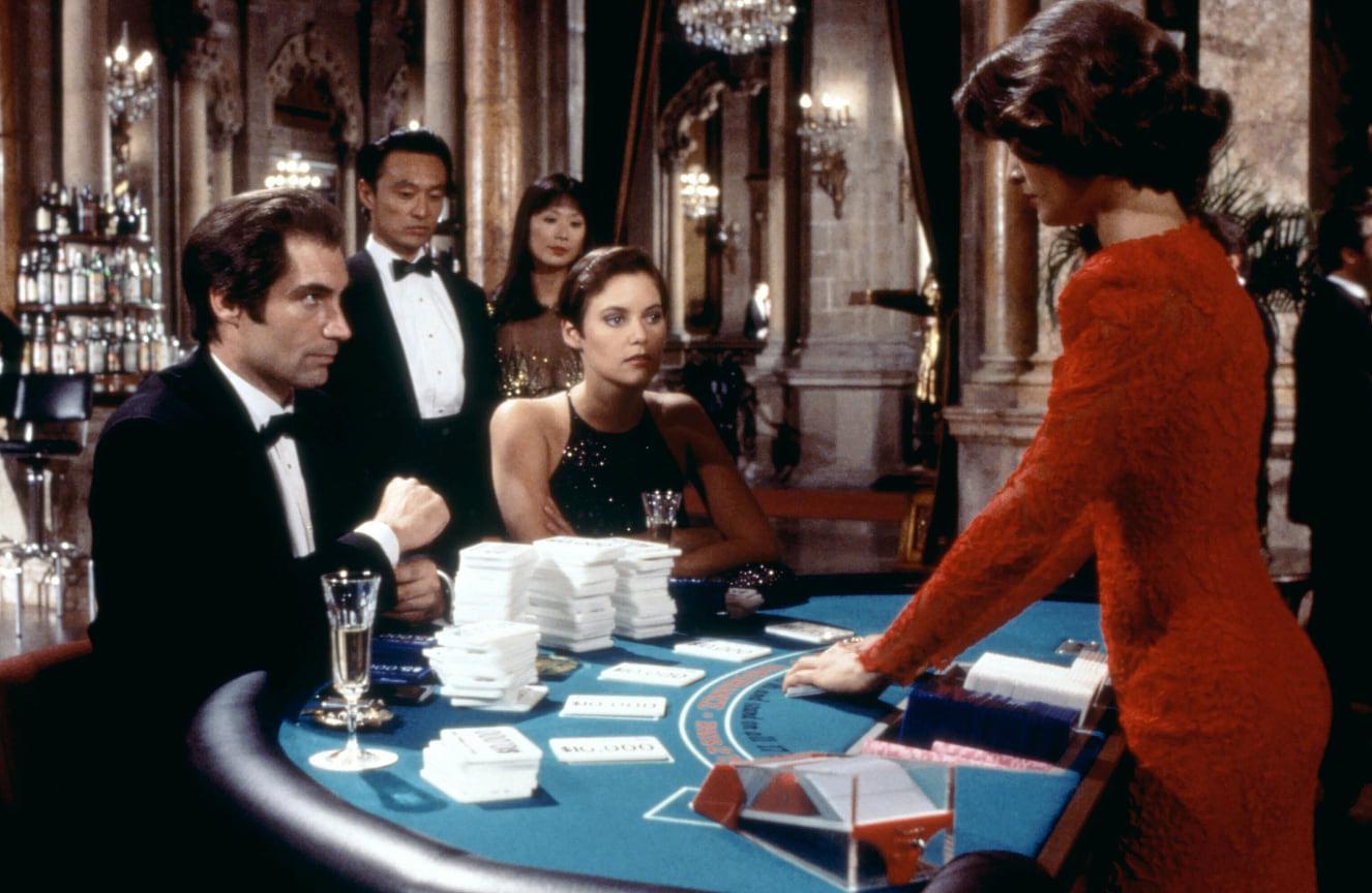 Смокинг Далтона, который играл более молодого Джеймса Бонда, создала марка Stefano Ricci<br> На фото: кадр из фильма «Лицензия на убийство», 1989 год