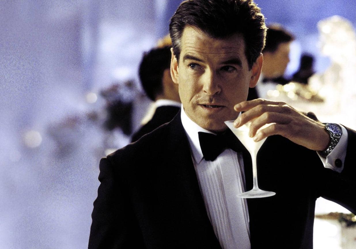 """Ян Флеминг всвоих романах писал, что Бонд носил Rolex, однако при Броснане агент 007 сменил ихнаOmega Seamaster (над этой трансформацией даже пошутили сценаристы в«Казино """"Рояль""""»)<br> На фото: кадр из фильма «Умри, нонесейчас», 2002"""