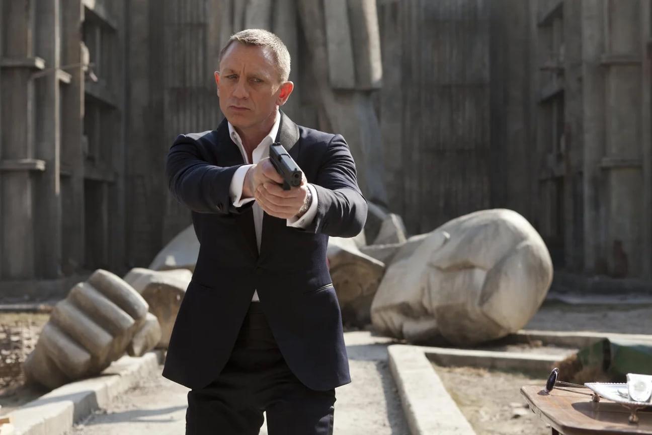 """Дружба Brioni иКрейга продлилась недолго, всего один фильм. Начиная с«Кванта милосердия» Джеймс Бонд одевался исключительно вTom Ford. Причем марка создавала нетолько костюмы, ноиочки для 007. Синий смокинг из«Координаты """"Скайфолл""""» стал, пожалуй, самой стильной альтернативой black tie набольшом экране<br>  На фото: кадр из фильма «007: Координаты """"Скайфолл""""», 2012 год"""