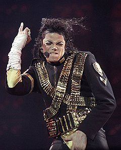 Смерть помешала Майклу Джексону вернуться на сцену, но вернула ему лидерство в хит-парадах