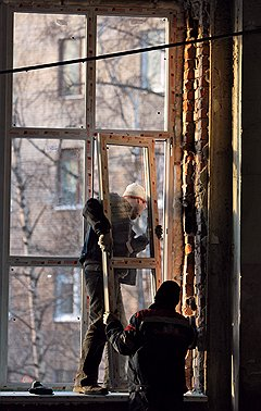Дилер, который сам проводит монтаж окон, ближе к заказчику, чем фабрика, и получает от нее большую скидку