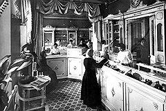 Из учреждений для трудоустройства женщин чисто женские магазины, мастерские и аптеки довольно быстро превращались в заведения только для женщин