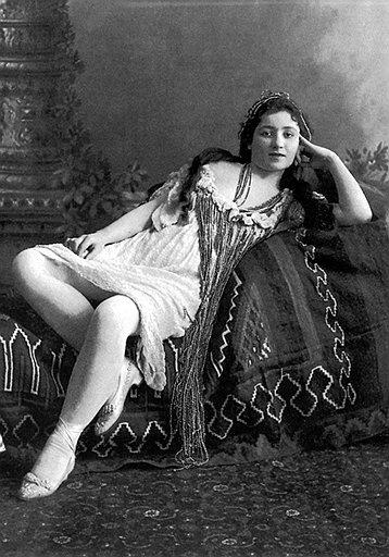 Окончание торгов купцы и приказчики отмечали в компании «Вдовы Клико» и иных особ женского пола