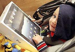 Ребенок радуется, что ему купили Apple iPad.  Иультики станет смотреть...