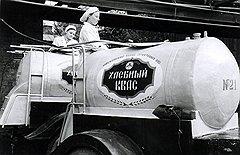 Наполненные на заводах по мерке бочки с квасом работники советской торговли безмерно пополняли водопроводной водой
