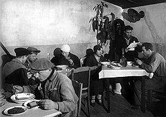 Только в закрытых для широкой публики советских столовых на столах открыто стояли хлеб и квас