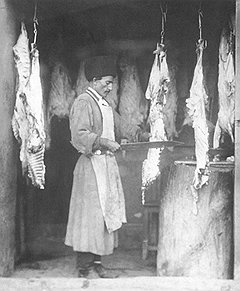 Бедность владельцев мелких мясных лавок ставила их в полную зависимость от богатых перекупщиков и оптовиков