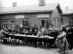 Немногочисленные русские переселенцы не могли удовлетворить спрос на множество рабочих рук, в которых нуждались дальневосточные земли империи