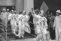 После полета на Луну экипаж Нила Армстронга добился вполне земных благ