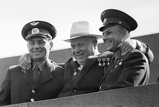 Первые космонавты Юрий Гагарин и Герман Титов держали на своих плечах престиж первых лиц советского государства