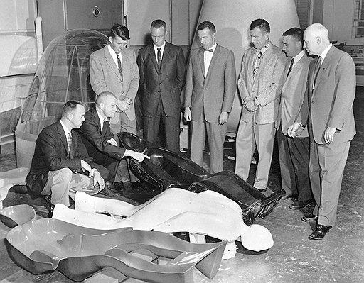 """""""Семерка"""" самых достойных пилотов, принятых в астронавты, начала позировать перед камерами задолго до того, как им удалось занять достойное место в космической гонке"""