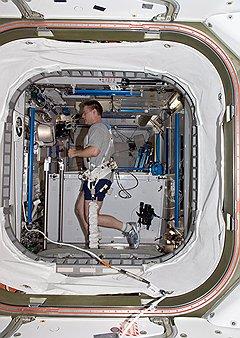 Большая часть космических затрат приходится на поддержание человека в условиях невесомости
